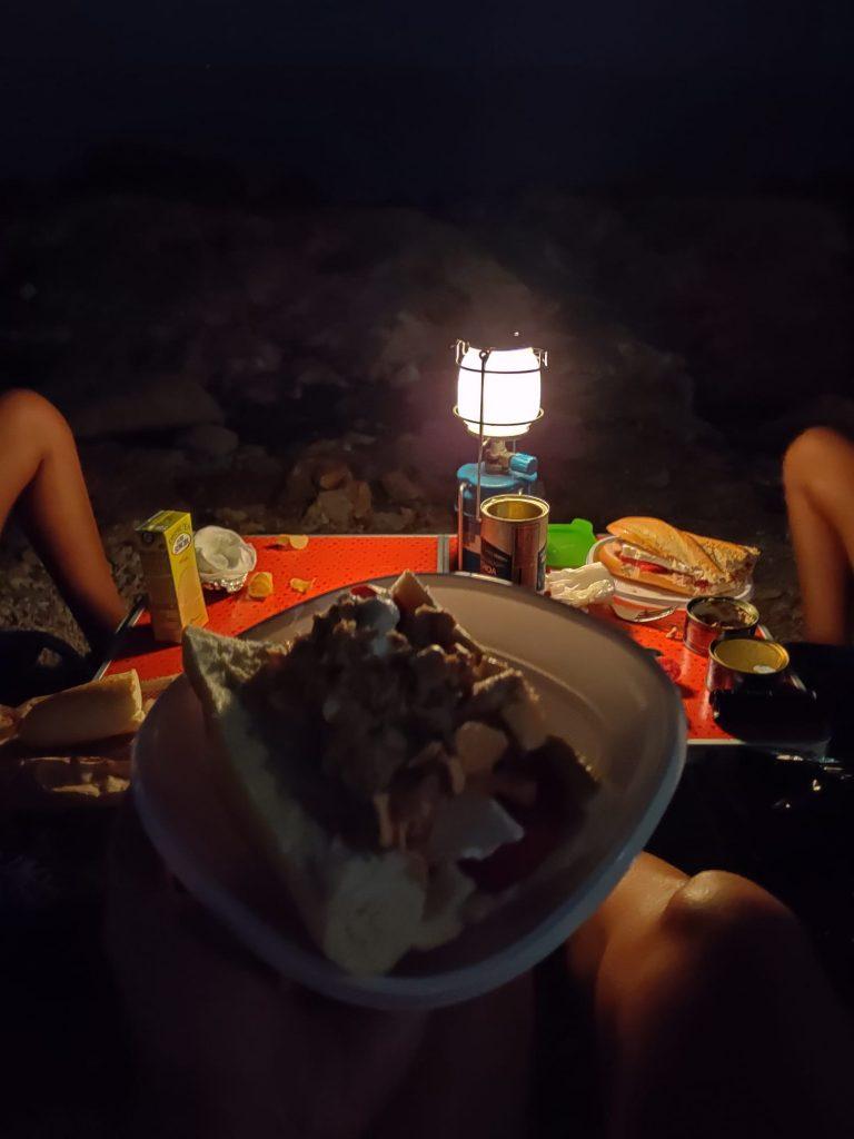 Cenando junto al mar